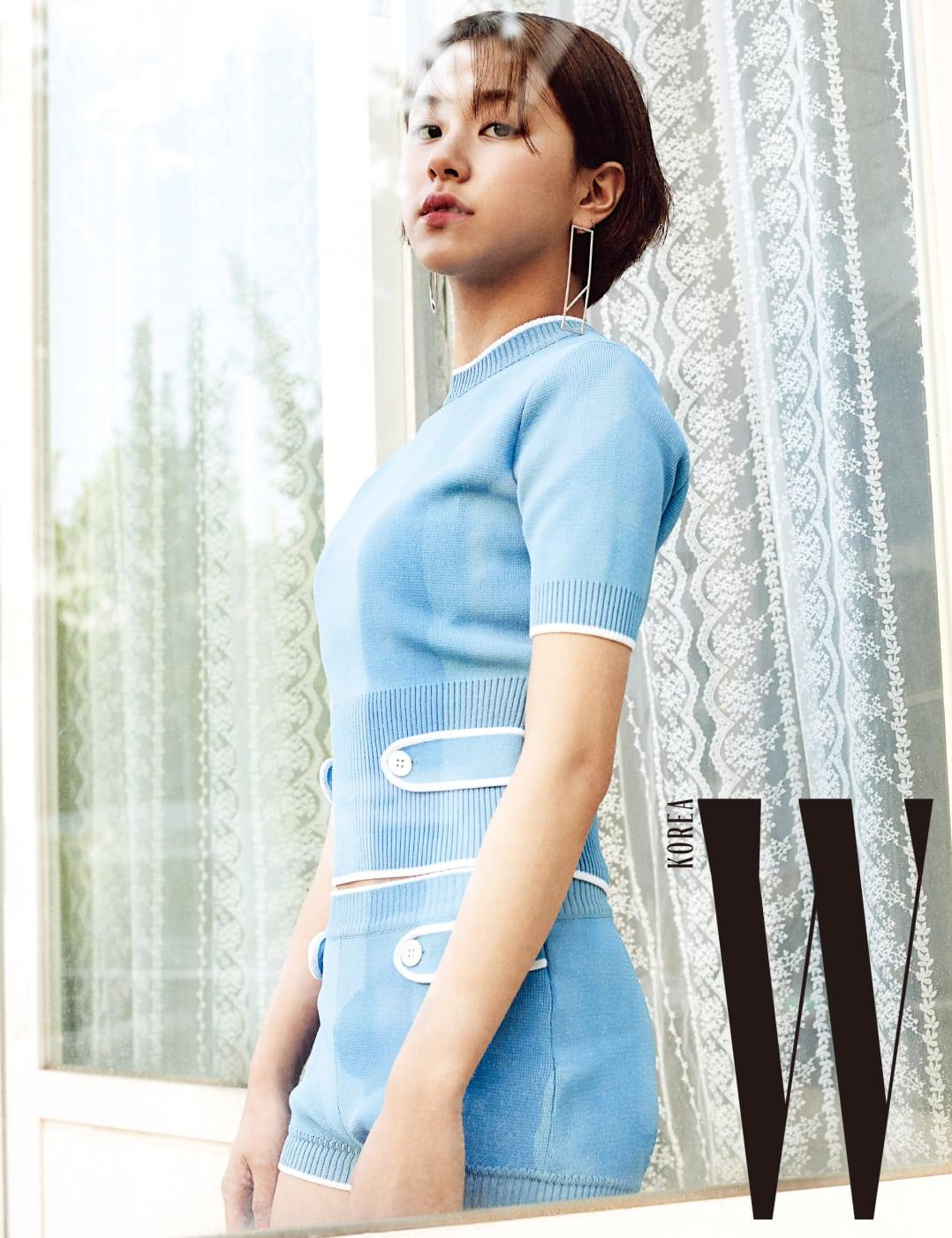 채영이 입은 레트로풍의 하늘색 니트 톱과 니트 쇼츠는 Miu Miu, 이어링은 Nineteentwo 제품.
