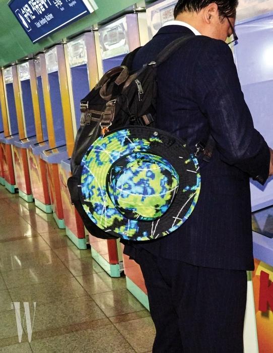 12. 기차표를 끊는 아저씨의 백팩에 달린 그래픽 무늬 모자는 프라다 제품. 가격 미정.