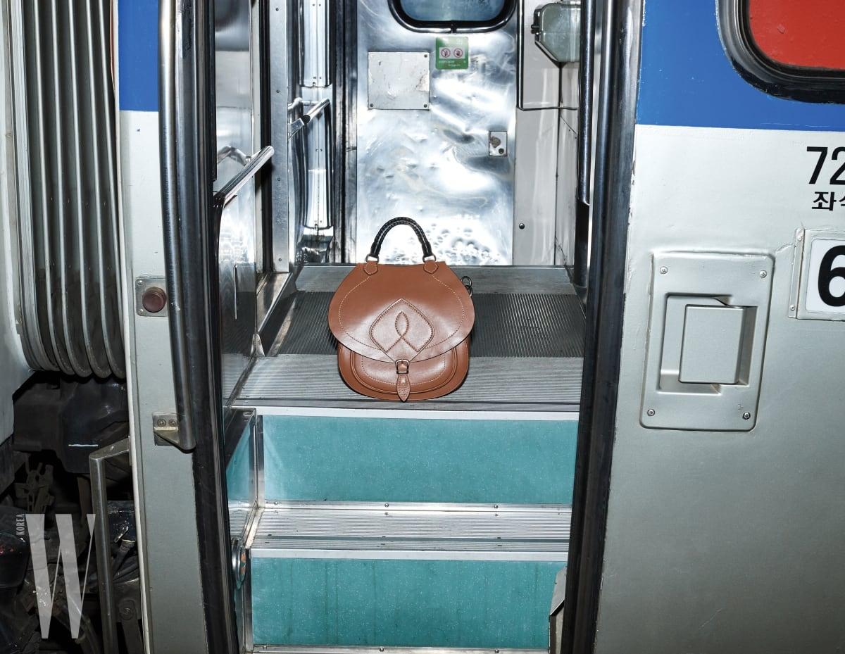 10. 감각적인 곡선과 스티치가 인상적인 숄더백은 메종 마르지엘라 제품. 2백47만원.