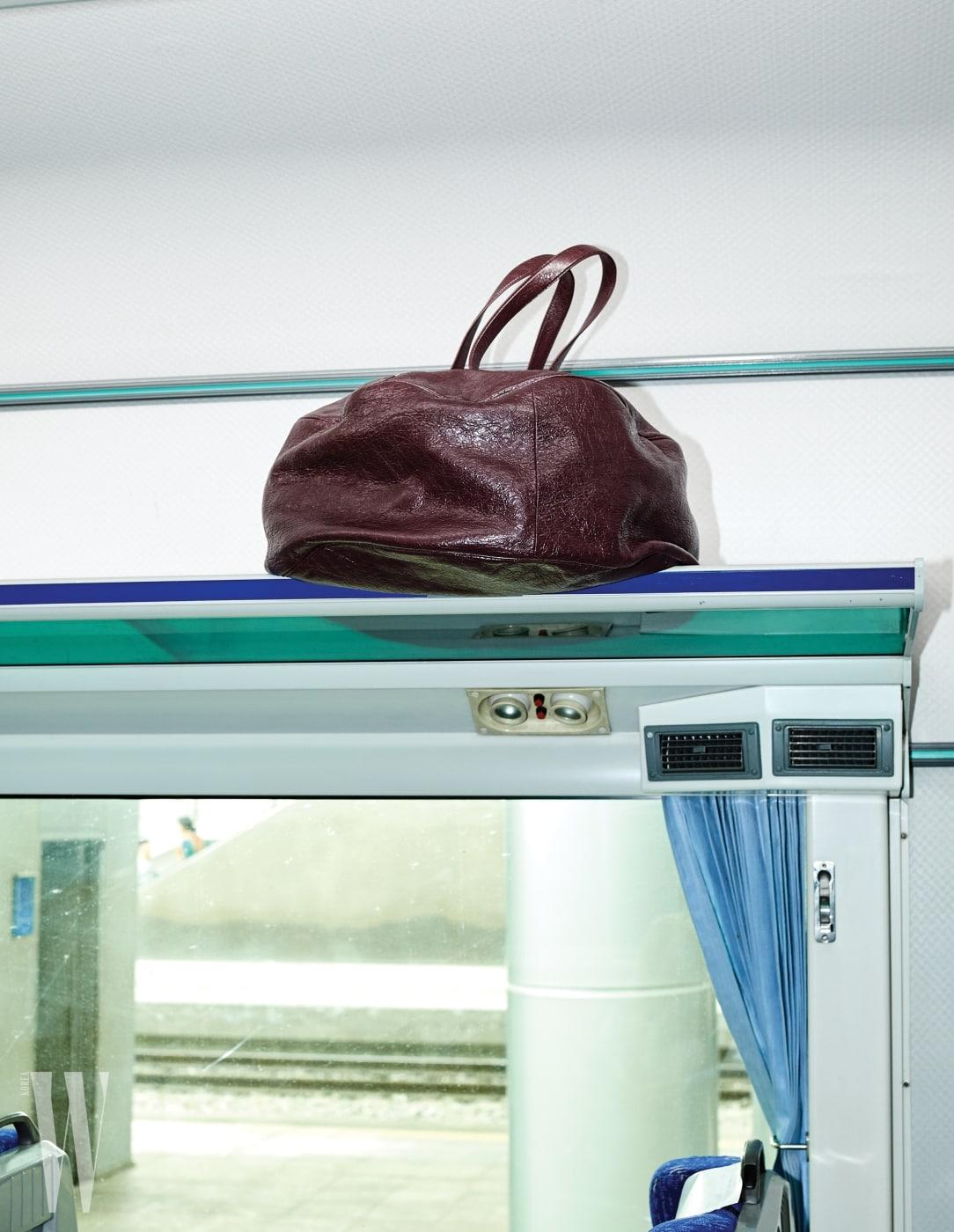 2. 짐칸에 올려놓은 큼직한 에어 호보백은 발렌시아가 제품. 가격 미정.