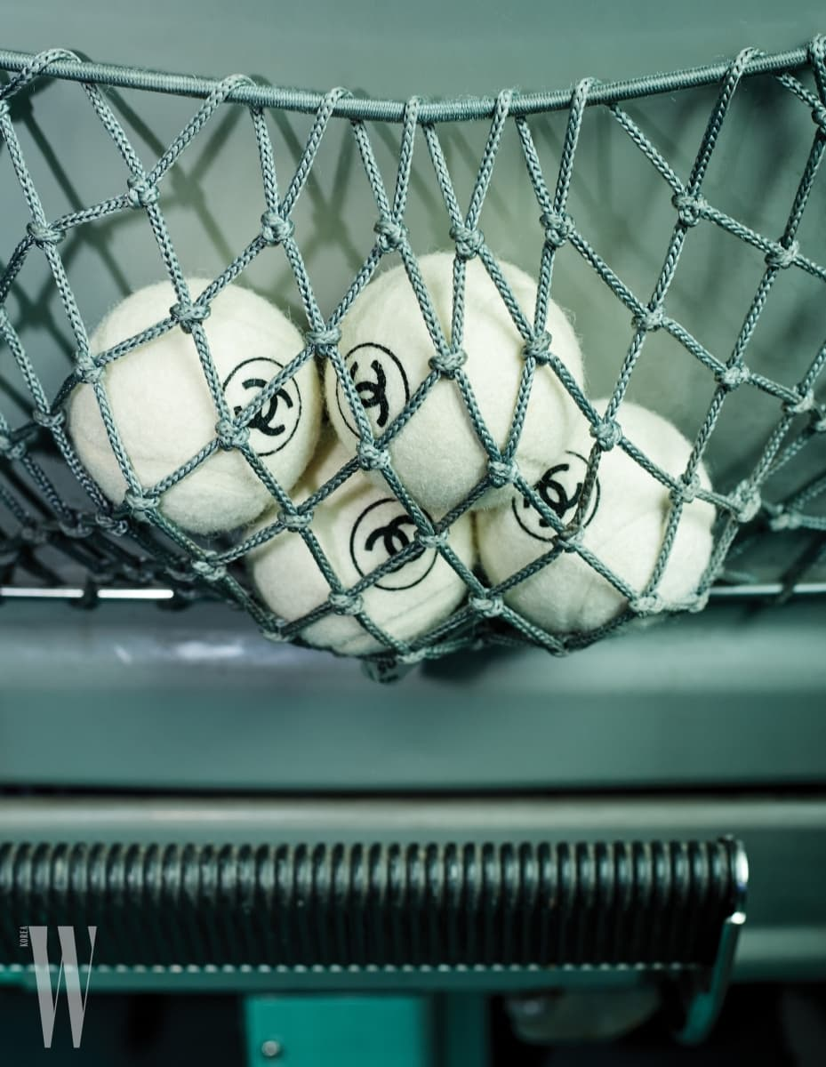8. 기차 안 좌석 네트에 들어 있는 로고 장식 테니스 공은 샤넬 제품. 가격 미정.