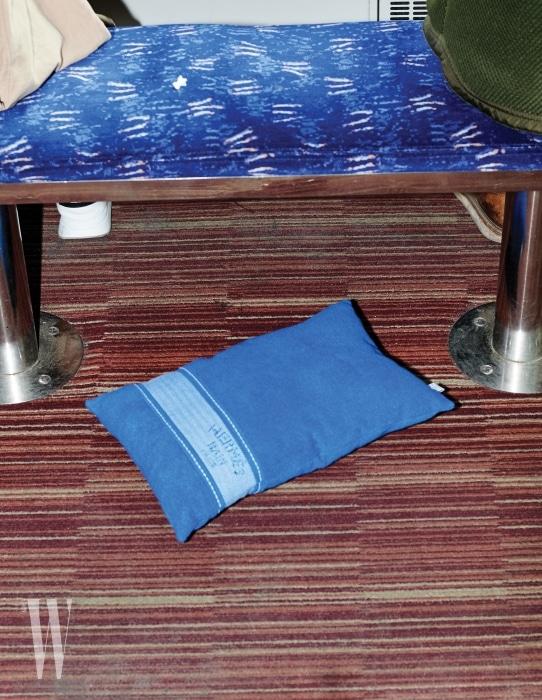 3. 기차 카페칸에 놓인 파란색 쿠션은 에르메스 제품. 가격 미정.