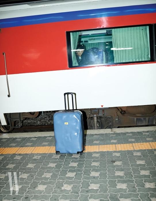 1. 기차 플랫폼에 세워놓은 표면이 울퉁불퉁한 29인치 캐리어는 크래시 배기지 제품. 38만8천원.