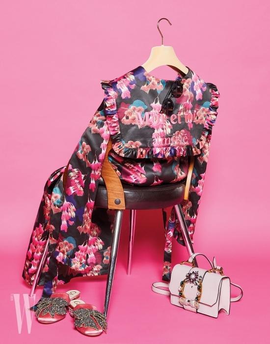풍성한 꽃 패턴과 보드라운 광택이 도는 러플 장식 로브는 스티브J & 요니P 제품. 49만8천원. 원형 프레임의 미러 렌즈 선글라스는 래쉬 제품. 23만9천원. 파스텔 핑크의 주얼 장식 핸드백은 미우미우 제품. 2백50만원대. 발등의 장식이 돋보이는 분홍색 실크 뮬은 구찌 제품. 2백15만원.