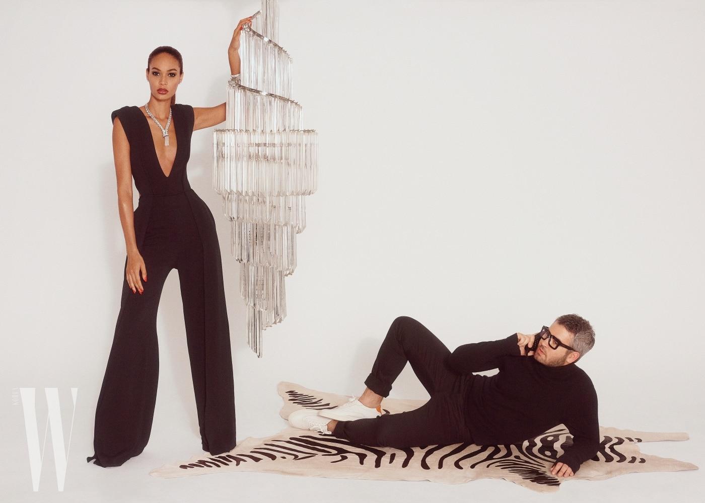 조앤 스몰스가 입은 점프슈트는 맥스웰 브랜든, 귀고리와 목걸이 팔찌는 반 클리프& 아펠 제품.