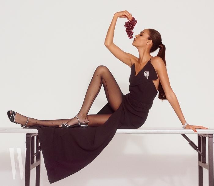 조앤 스몰스가 입은 슬립 드레스는 맥스웰 브랜든, 브로치, 시계는 반 클리프 & 아펠, 슈즈는 로저 비비에 제품.