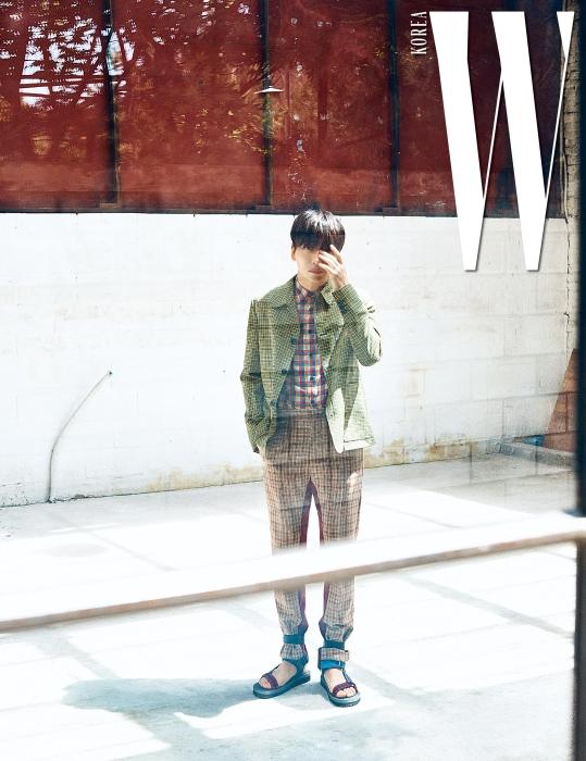 체크무늬 셔츠와 재킷, 팬츠, 발목이 올라오는 샌들은 모두 프라다 제품.