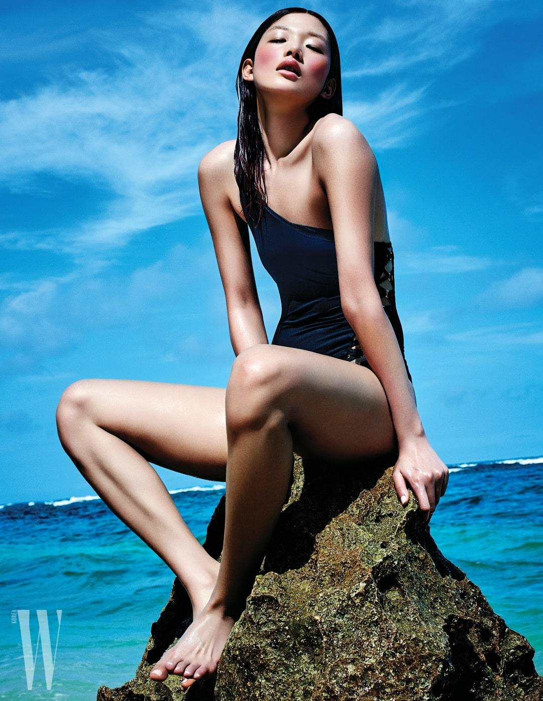대담한 컷아웃 장식의 원피스 수영복은 La Perla 제품.