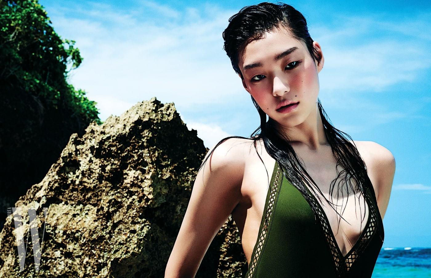 레이스 디테일의 수영복은 H&M 제품.