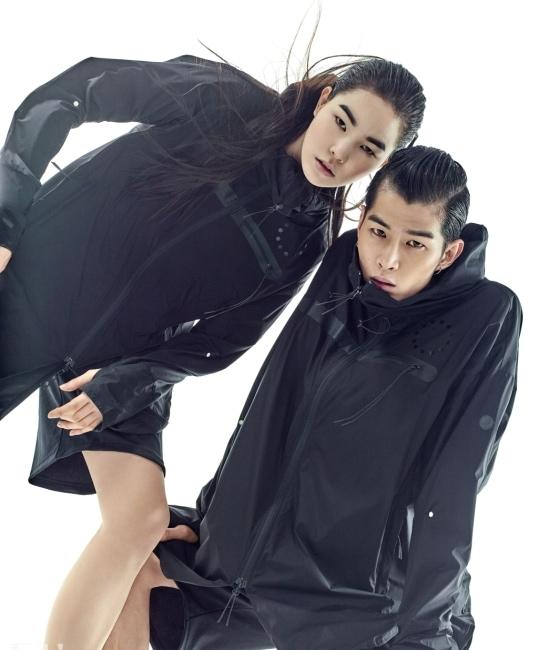간결한 디자인이 돋보이는 방풍, 발수 기능의 우븐 재킷과 니트 쇼츠 팬츠는 ASICS 제품.