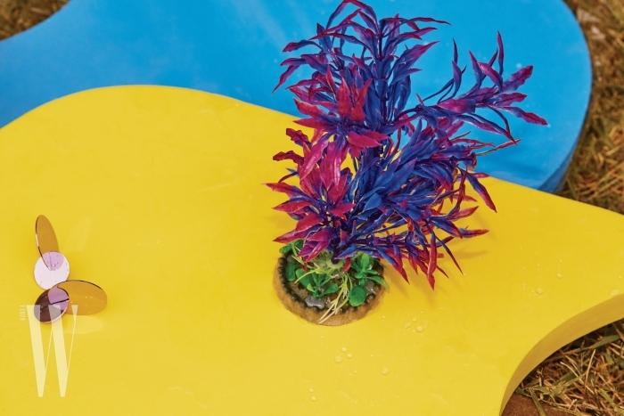 메탈릭한 보라색 귀고리는 앤아더스토리즈 제품. 2만 8천원.