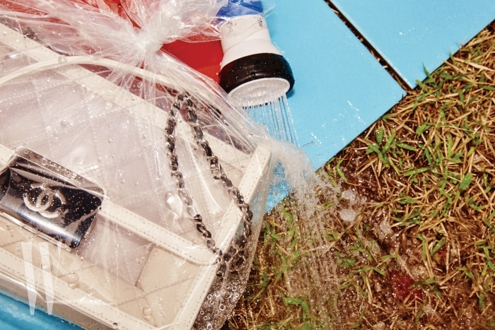 PVC 소재의 가방은 샤넬 제품. 가격 미정.