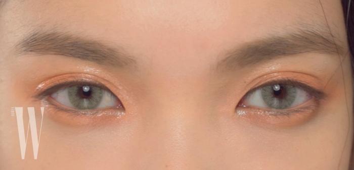 밝은 카키색을 띄는 첫 번째 렌즈는 모델 한슬이 평소 즐겨 착용하는 솔로티카 렌즈.