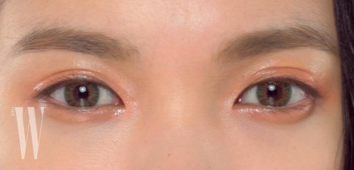 영상에서 고개를 돌리면 바뀌는 자연스러운 초록빛의 렌즈는 오렌즈 라임골드로 직경 13.1mm.