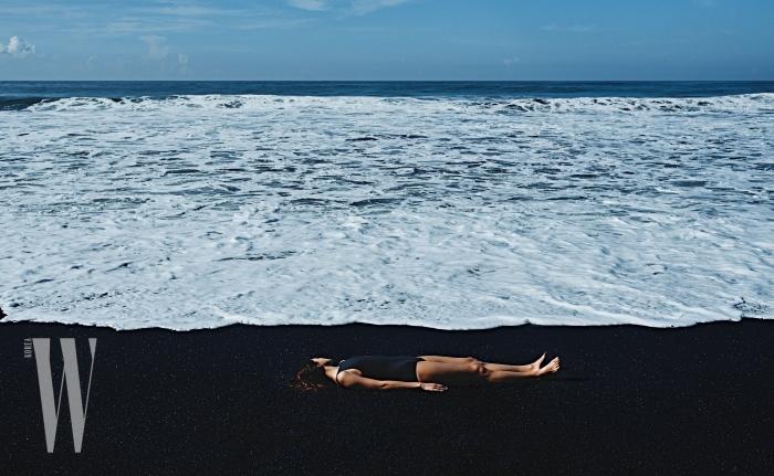 간결한 디자인의 검정 원피스 수영복은 Uniqlo U 제품.