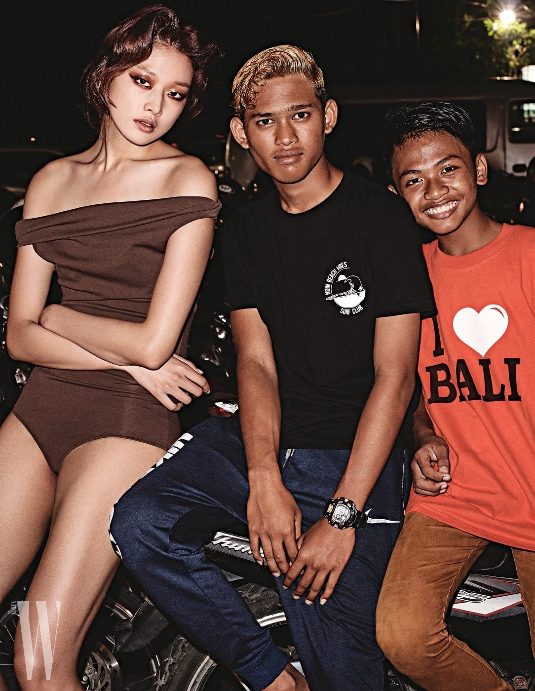 갈색 오프숄더 수영복은 Balenciaga 제품.