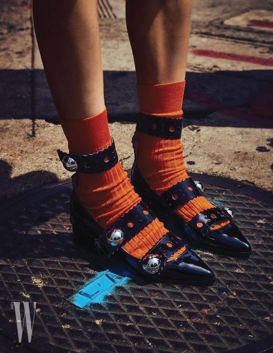 슈즈는 Lucky Chouette, 양말은 Givenchy by Riccardo Tisci 제품.