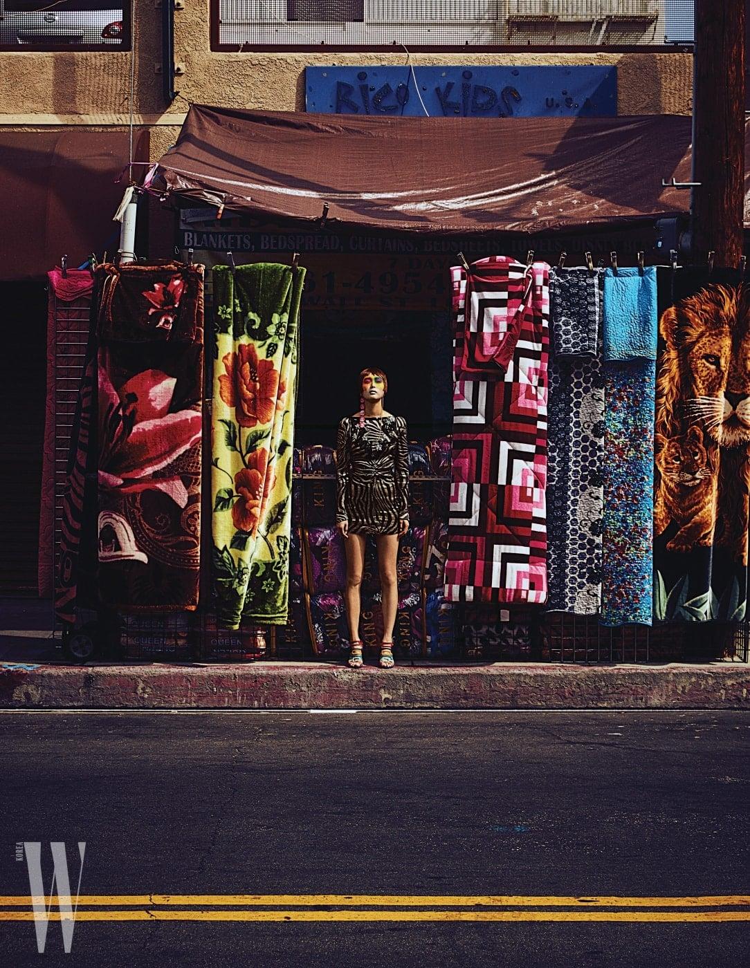드레스는 Marc Jacobs, 샌들은 Hermes, 분홍색 귀고리는 Lucky Chouette, 골드 귀고리는 Numbering 제품.