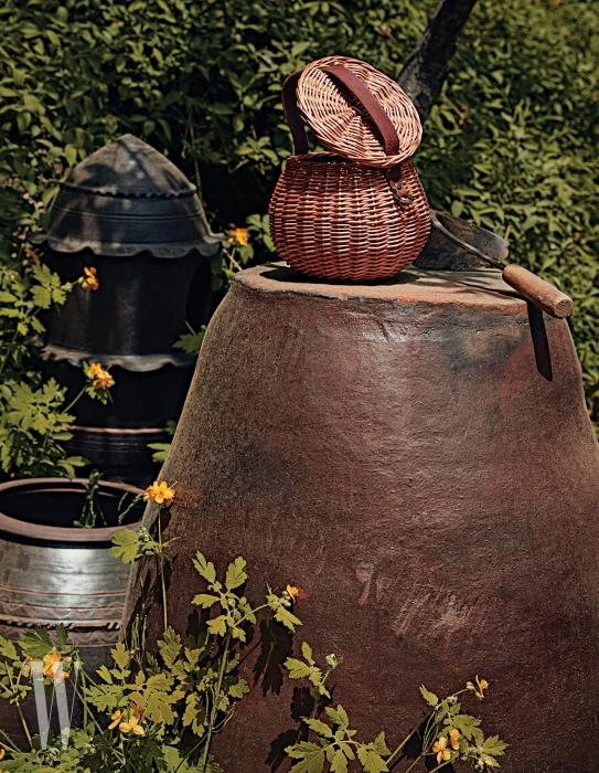 버드나무로 만든 바구니 볼 가방은 아크로 제품. 33만2천원.