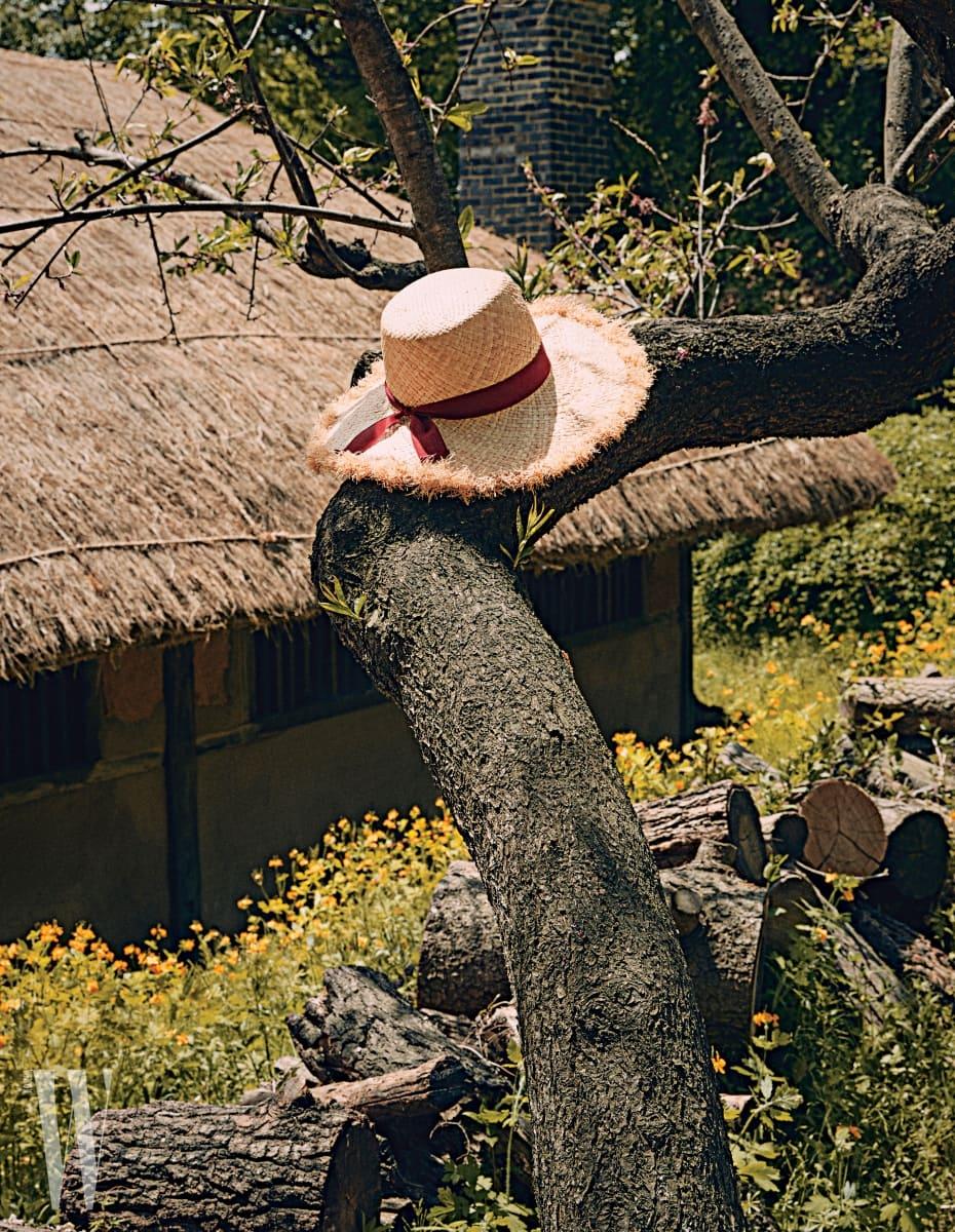 챙의 테두리가 자연스럽게 해진 듯한 자주색 리본 장식 스트로 모자는 어썸니즈 제품. 8만2천원.