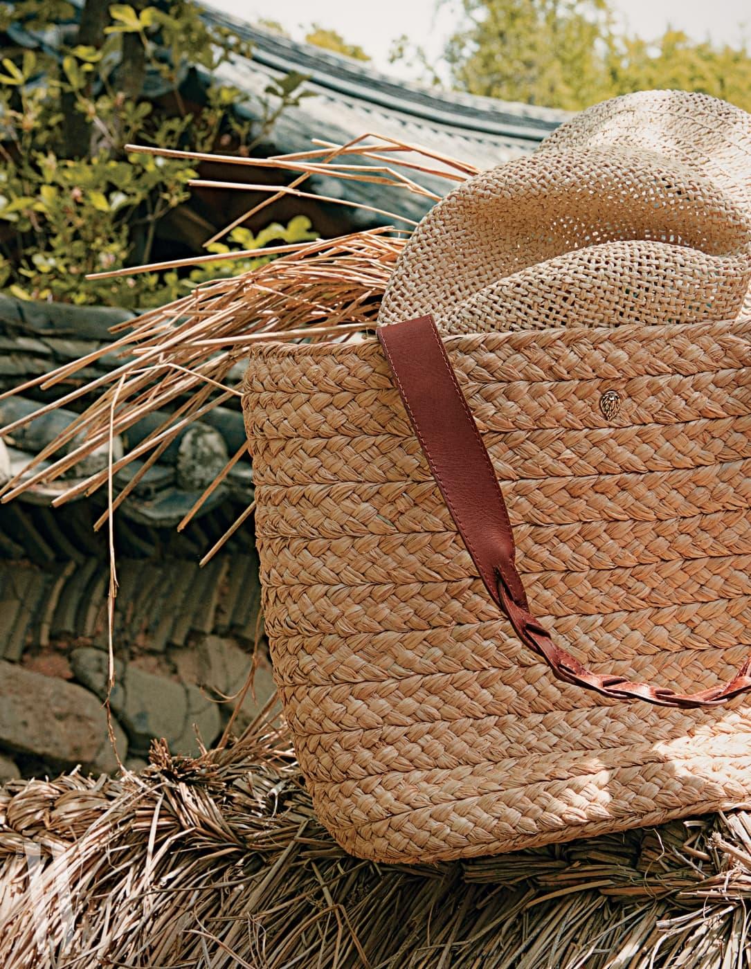 밀짚을 엮은 무늬가 돋보이는 라피아 쇼퍼백은 헬렌카민스키 제품. 35만원. 가방 속에 들어 있는 스트로 모자는 H&M 제품. 3만8천원.