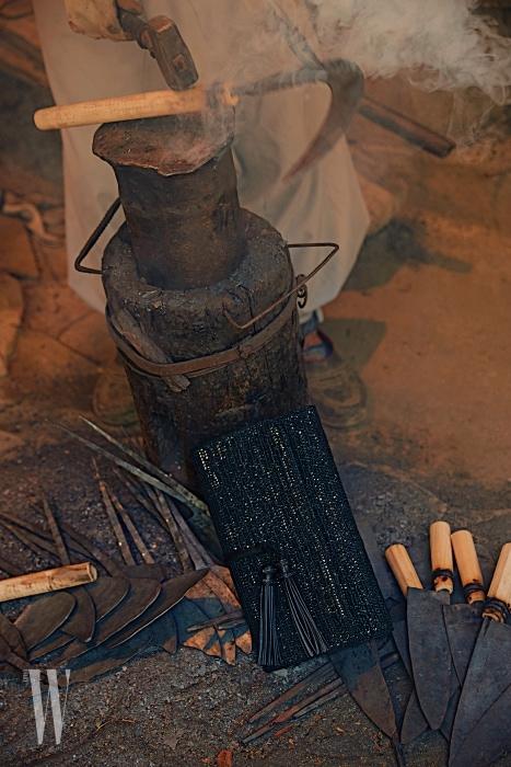태슬 장식 검은색 라피아 클러치는 폴로 랄프 로렌 제품. 26만원대.