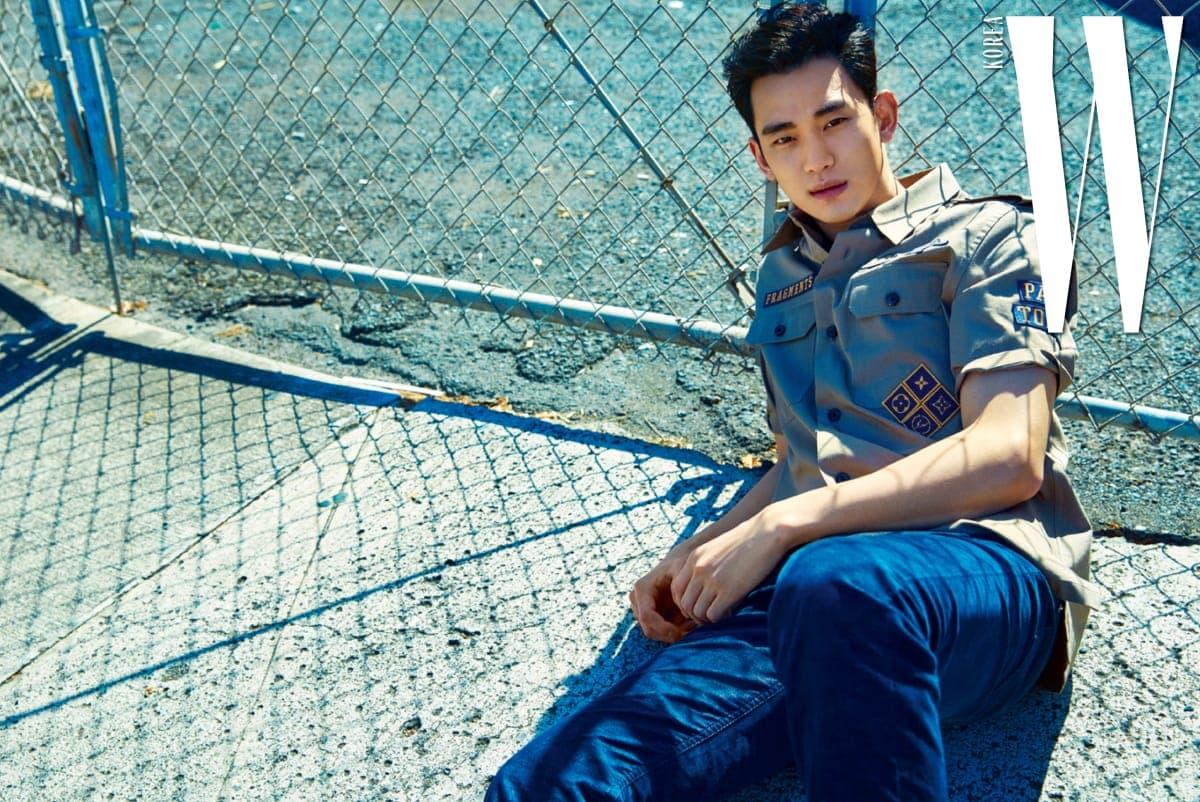 밀리터리 디테일 셔츠와 진한 파란색 코듀로이 팬츠는 Louis Vuitton 제품.