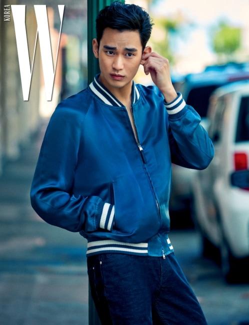 새틴 소재의 보머 재킷, 팬츠는 Louis Vuitton 제품.