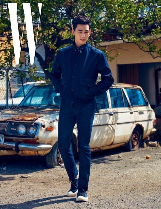 목 부분의 버클 장식이 독특한 재킷. 팬츠, 모노그램 스니커즈는 모두 Louis Vuitton 제품.