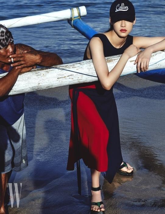 빨강과 남색의 대비가 돋보이는 랩스커트 드레스와 스포티 샌들은 Versace, 네이비 캡 모자는 Idea 제품.