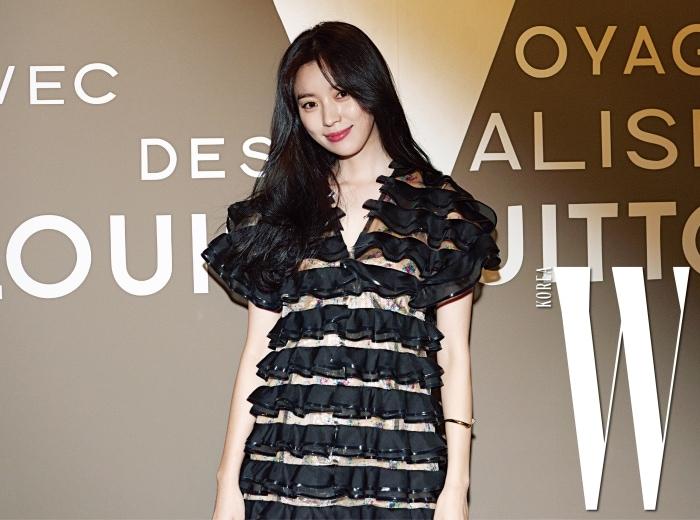 배우 한효주가 이번 전시의 슬로건, 'VOLEZ, VOGUEZ, VOYAGEZ'가 적힌 포토월에서 포즈를 취하고 있다.