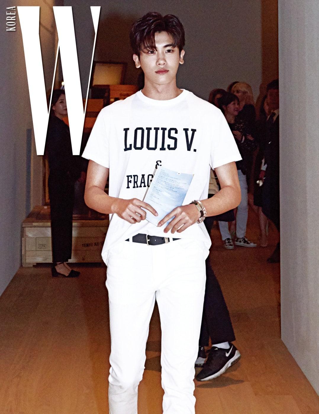 흰색 티셔츠와 팬츠로 올 화이트 룩을 연출한 배우 박형식.