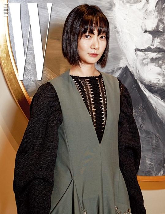 볼륨감 있는 소매가 멋진 옷을 입은 배우 배두나.