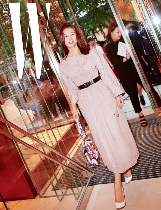 에르메스 S/S 시즌 드레스에 그래픽 패턴이 돋보이는 프린트 백을 들고 파티장에 들어선 배우 김희애.