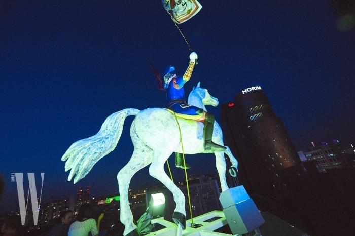 전 세계 메종 에르메스에서만 만날 수 있는 말을 탄 기수.