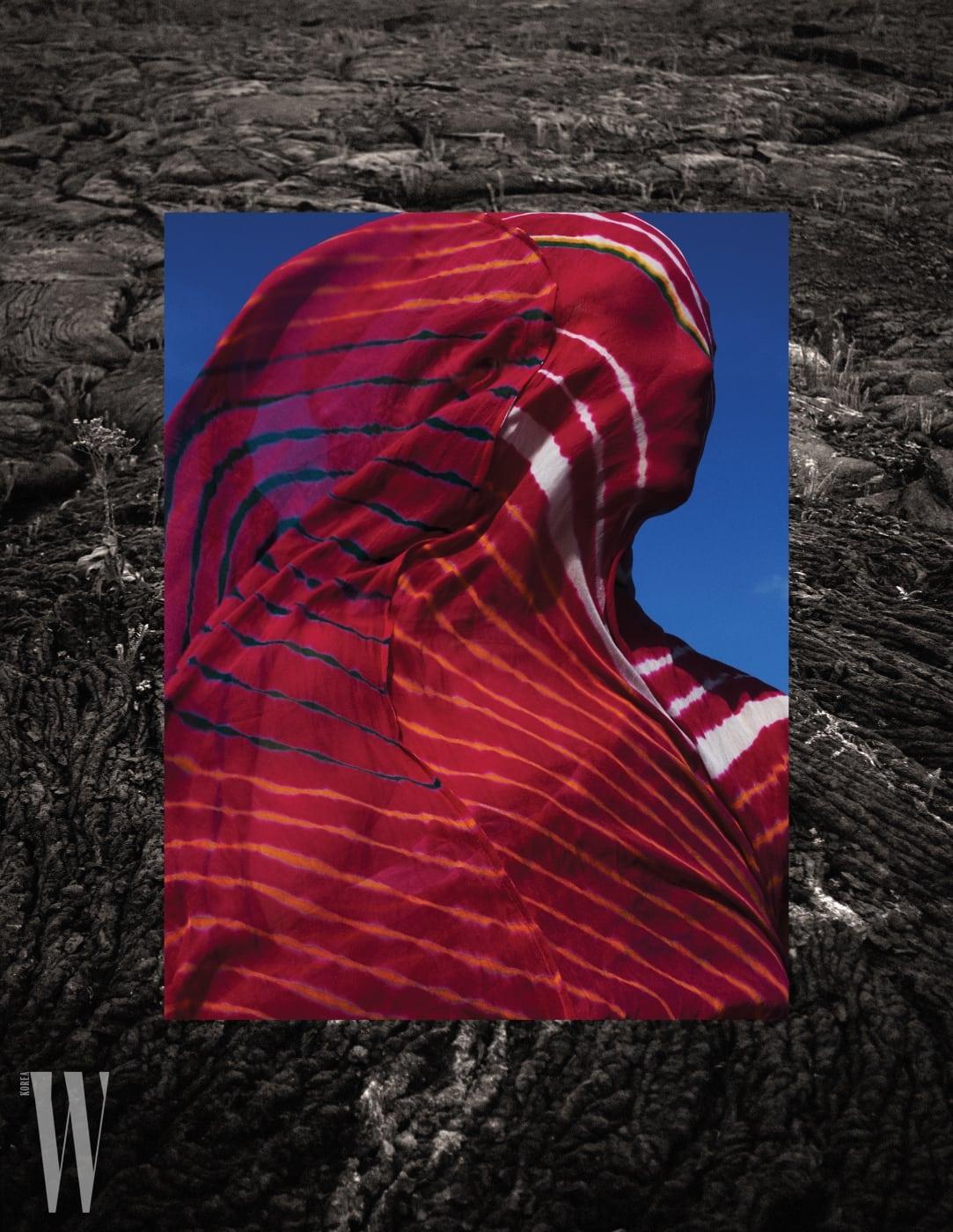 날염 프린트로 자연스러운 멋을 더한 드레스는 Polo Ralph Lauren 제품.