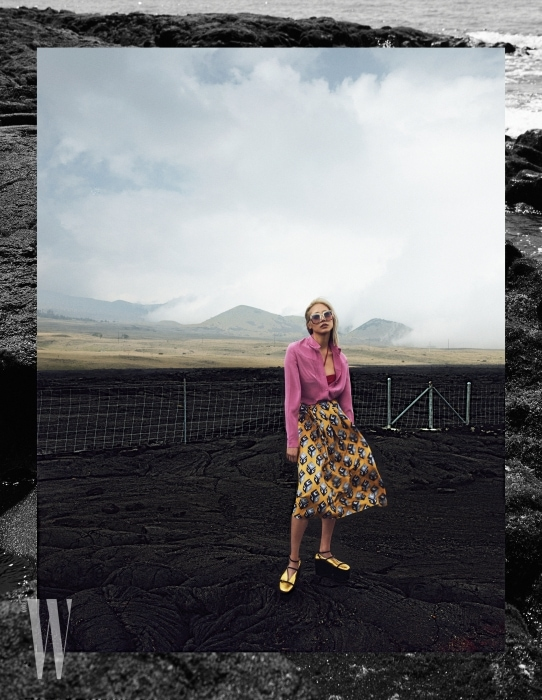 스톤 장식의 경쾌한 프레임이 돋보이는 선글라스는 Gucci Eyewear, 분홍색 블라우스와 붉은색 홀터넥 비키니 톱, 기하학 패턴의 플레어스커트, 슈즈는 모두 Gucci 제품.