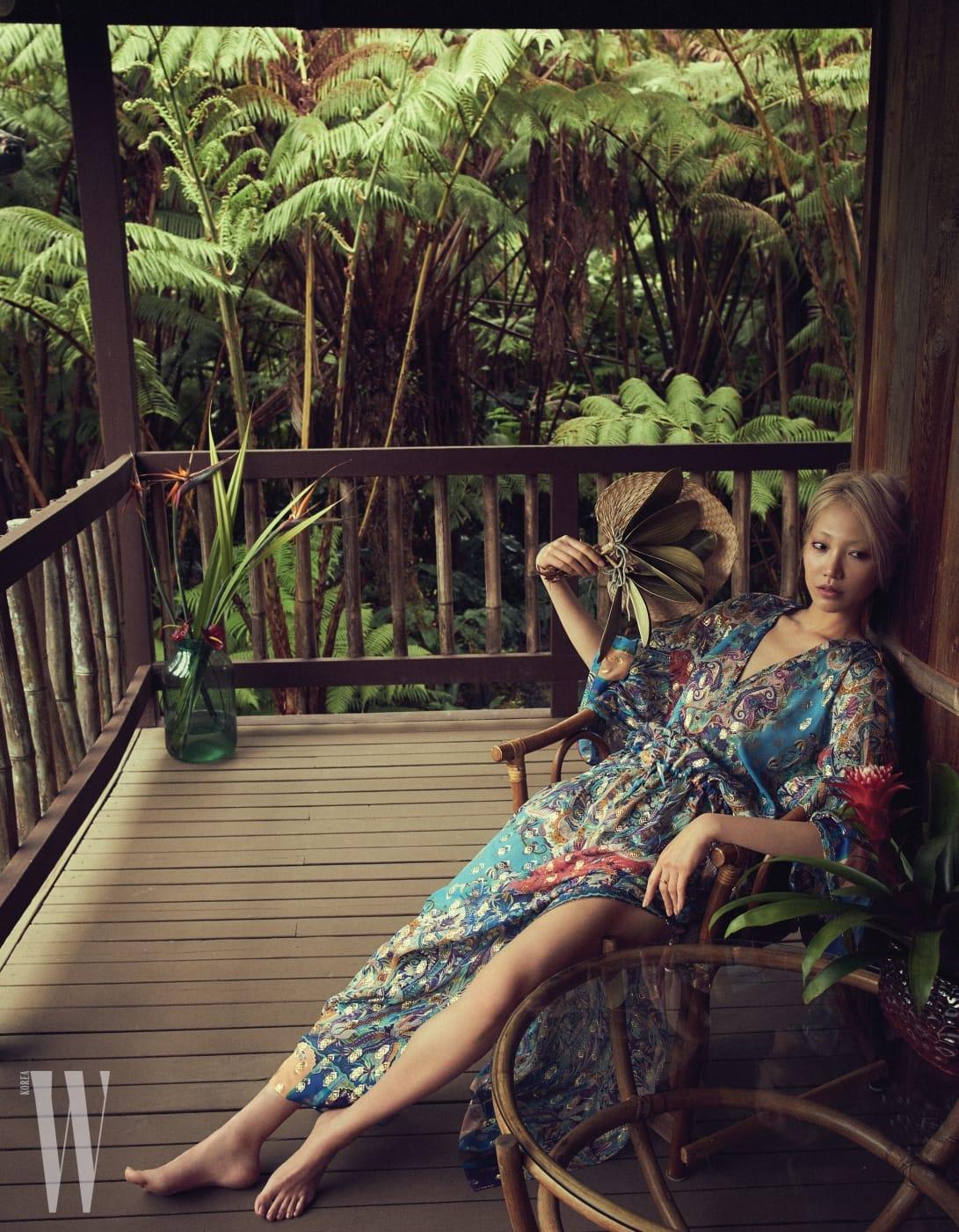 화려한 프린트가 이국적인 롱 비치 드레스는 Etro 제품.