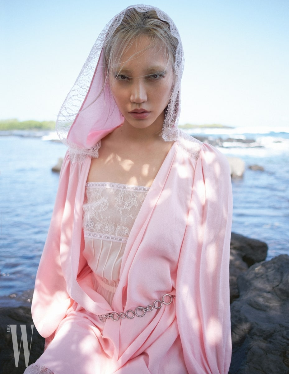 센슈얼한 레이스 장식 시폰 톱과 파워풀한 후디 드레스, 장식적인 메탈 벨트는 모두 Chanel 제품.