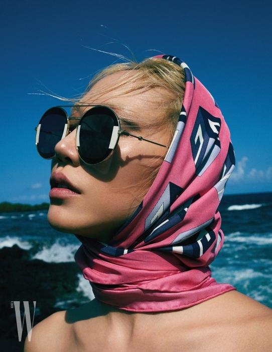동그란 프레임에 조형적인 장식미를 더한 선글라스는 Gucci Eyewear, 기하학 프린트가 멋진 스카프는 Gucci 제품.