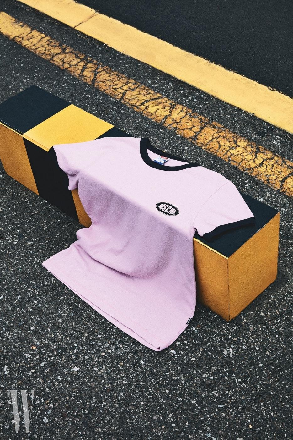 3 진파랑의 라운드 넥과 작은 로고가 조화로운 분홍빛 티셔츠는 미스치프 제품. 3만8천원.