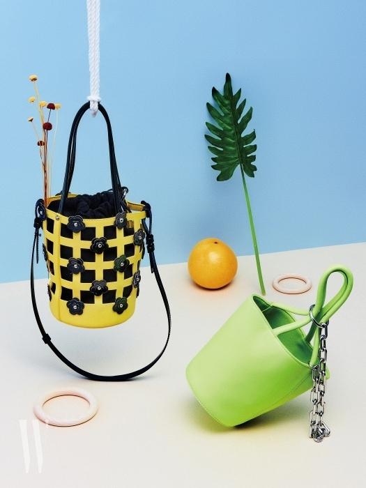왼쪽부터 | 입체적인 꽃 장식을 더한 노란색 버킷백은 하이칙스 제품. 25만원. 체인 장식이 개성 있는 시원한 네온 라임색의 버킷백은 알렉산더 왕 by 분더샵 제품. 99만원.