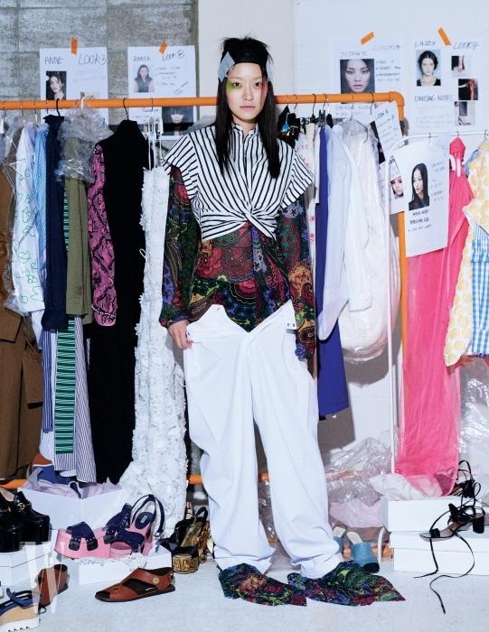 줄무늬 크롭트 셔츠는 티 바이 알렉산더 왕 by 톰그레이하운드 제품. 38만원. 아티스틱한 프린트의 점프슈트와 통 넓은 팬츠는 셀린 제품. 가격 미정.
