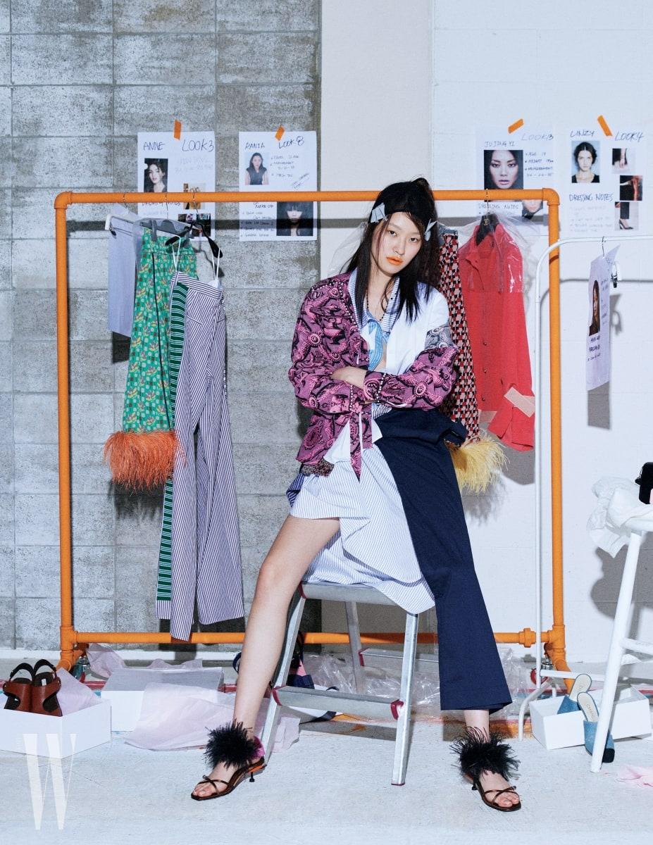 핑크 프린트 셔츠 블라우스는 구찌 제품. 가격 미정. 안에 겹쳐 입은 줄무늬 셔츠 드레스는 스텔라 매카트니 제품. 1백44만원. 허리에 두른 미니멀한 네이비 셔츠 드레스는 셀린 제품. 가격 미정. 깃털 장식 슈즈는 프라다 제품. 가격 미정.