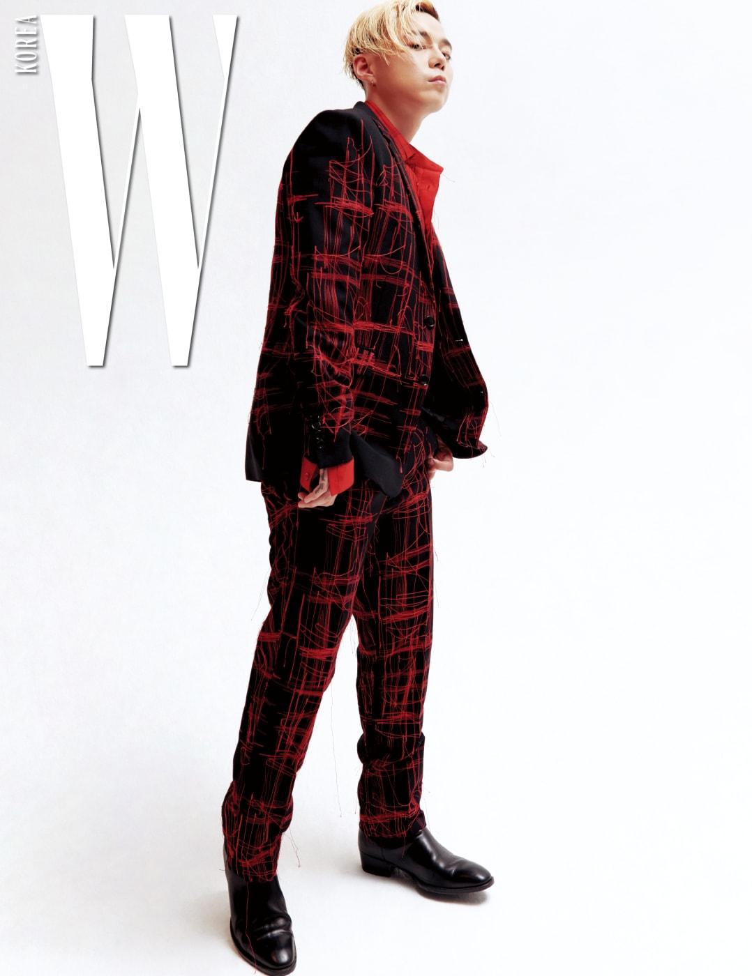 해진 듯한 세부 장식이 특징인 슈트와 붉은색 셔츠는 디올 옴므, 신발은 생로랑 제품