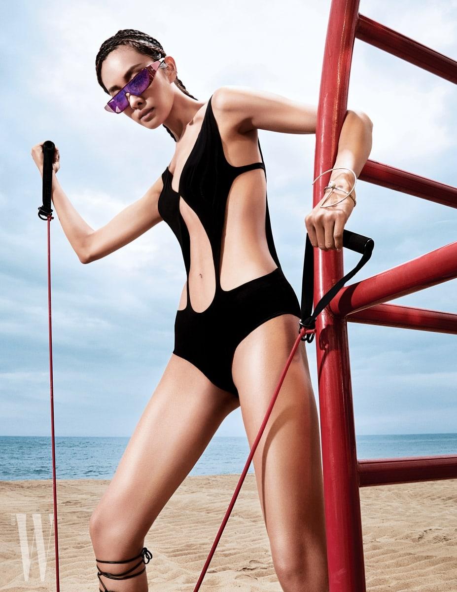 컷 아웃 장식의 수영복은 루이비통, 구조적인 장식의 실버 뱅글은 모드곤, 선글라스는 디올 제품.