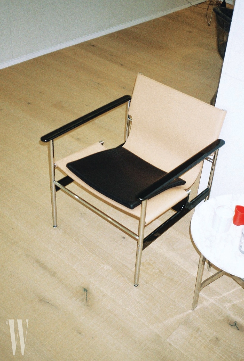 가구 편집숍 두오모에서 최근에 구입한 의자.