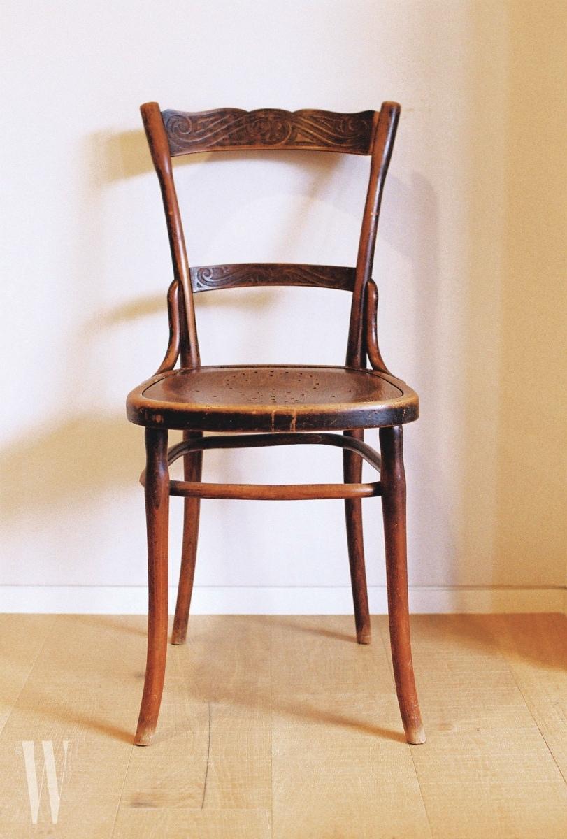 그녀의 침실에 조용히 자리하고 있는 빈티지 의자.
