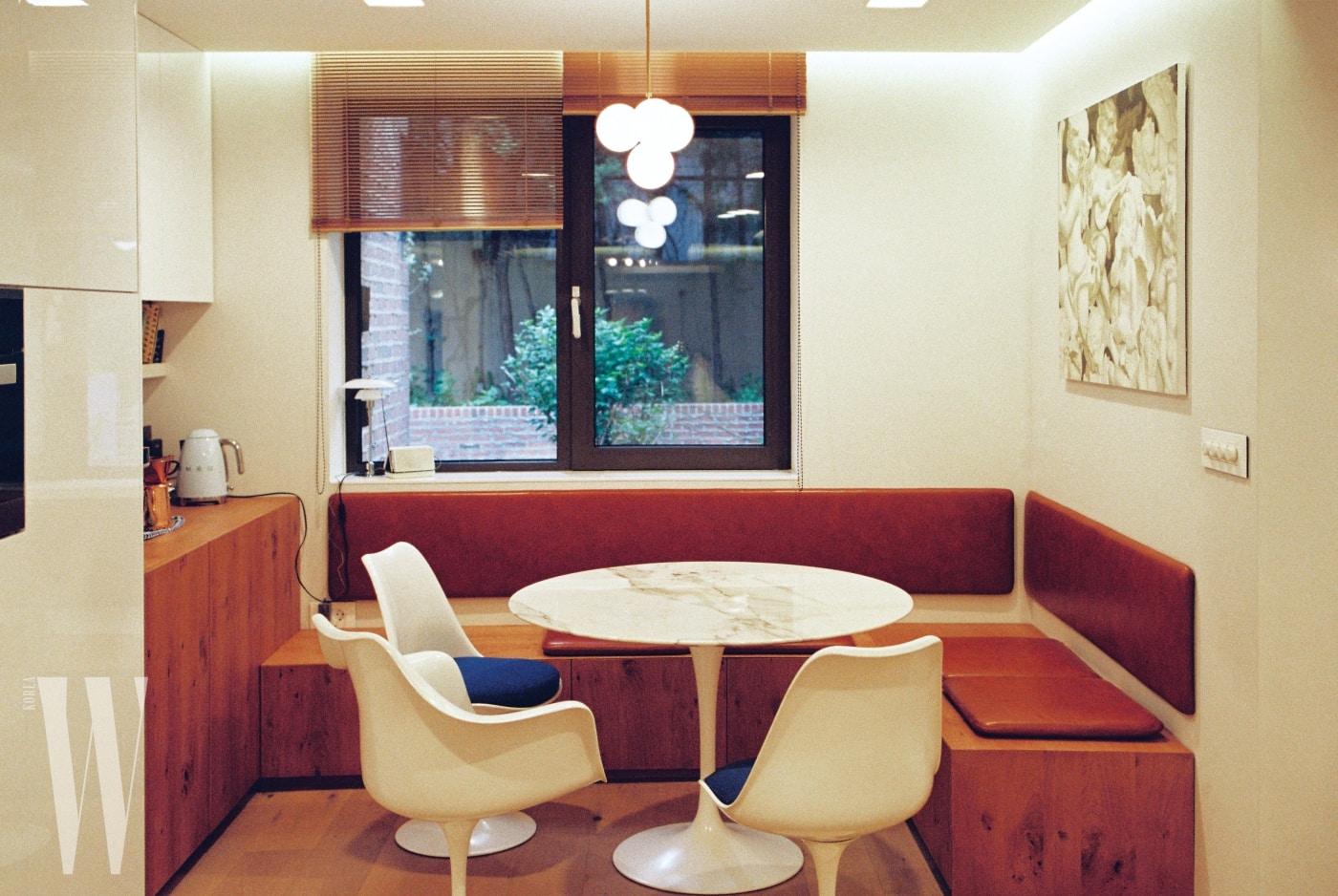 집에서 가장 시간을 많이 보내는 공간. 레스토랑처럼 코너 공간에 나무를 짜 넣고, 가죽 등받이를 부착했다. 20여 년 전부터 사용하고 있는 애정하는 튤립 테이블과 의자 세트를 함께 놓아 커피도 마시고, 팀원들과 함께 미팅을 하는 등 다양한 용도로 활용한다.