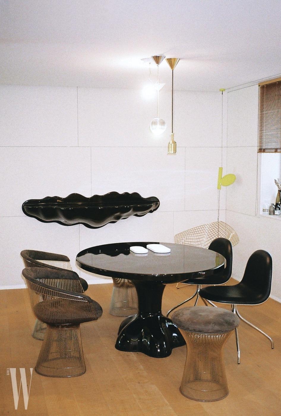 가장 아끼는 가구 중 하나인 아트 가구 디자이너 웬델 캐슬의 테이블. 벽에 걸려 있는 선반과 세트로, 하나의 아트 피스를 방불케 한다. 뇰의 플래트너 암체어와 스툴을 함께 놓았다.